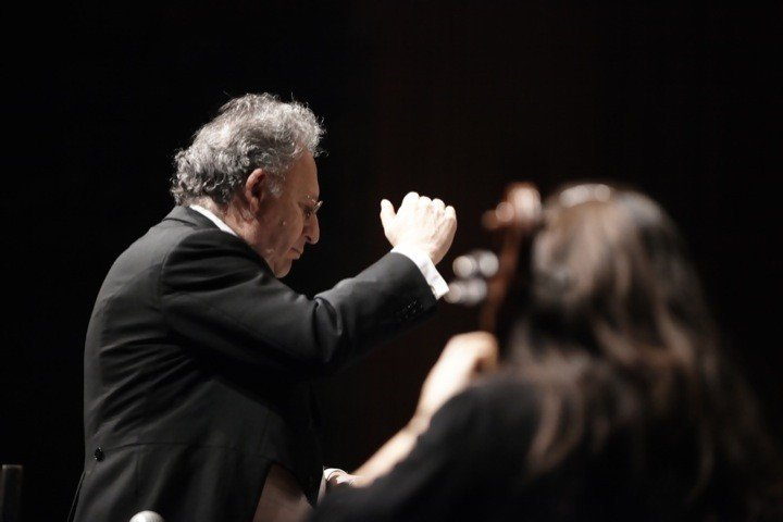 Boris Brott and orchestra