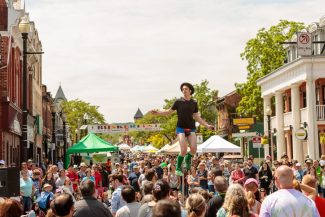 Dundas Buskerfest entertainer and crowd