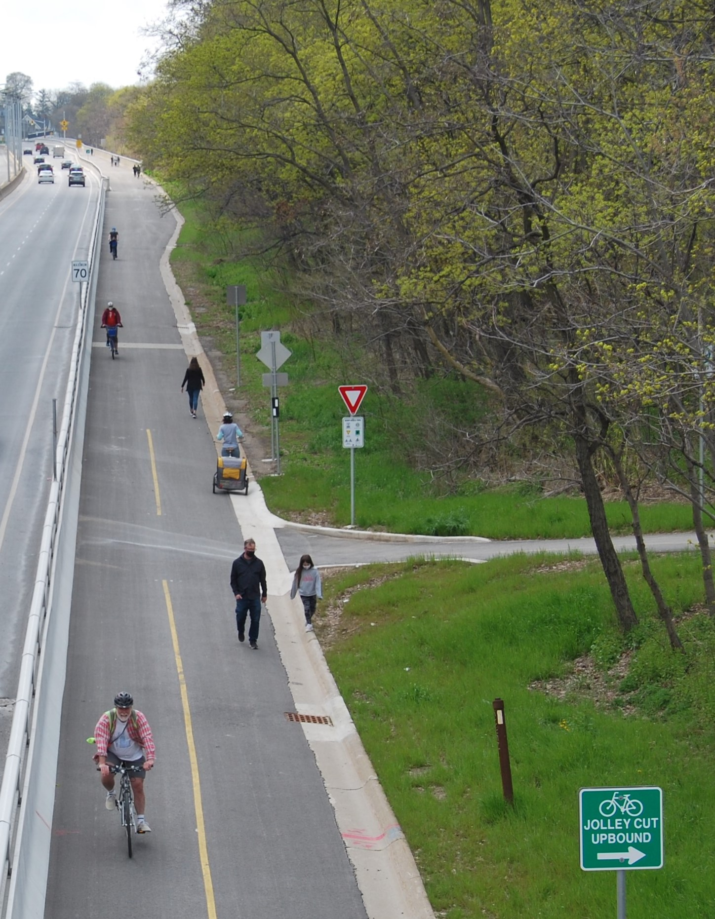 Cyclists on the keddy trail